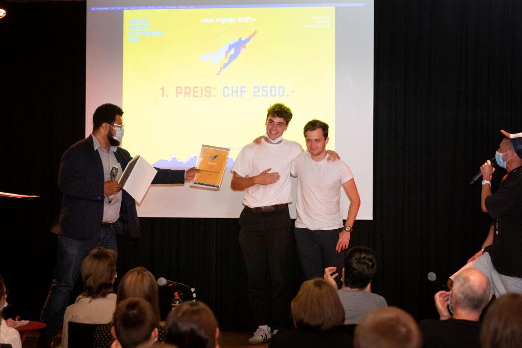 ung und erfolgreich: Lucio Sansano (rechts), Gründer Saturday Sports Reinach, mit Kassier Florin Bürgler anlässlich der Preisverleihung. Foto: ZVG / Raphael Hünerfauth