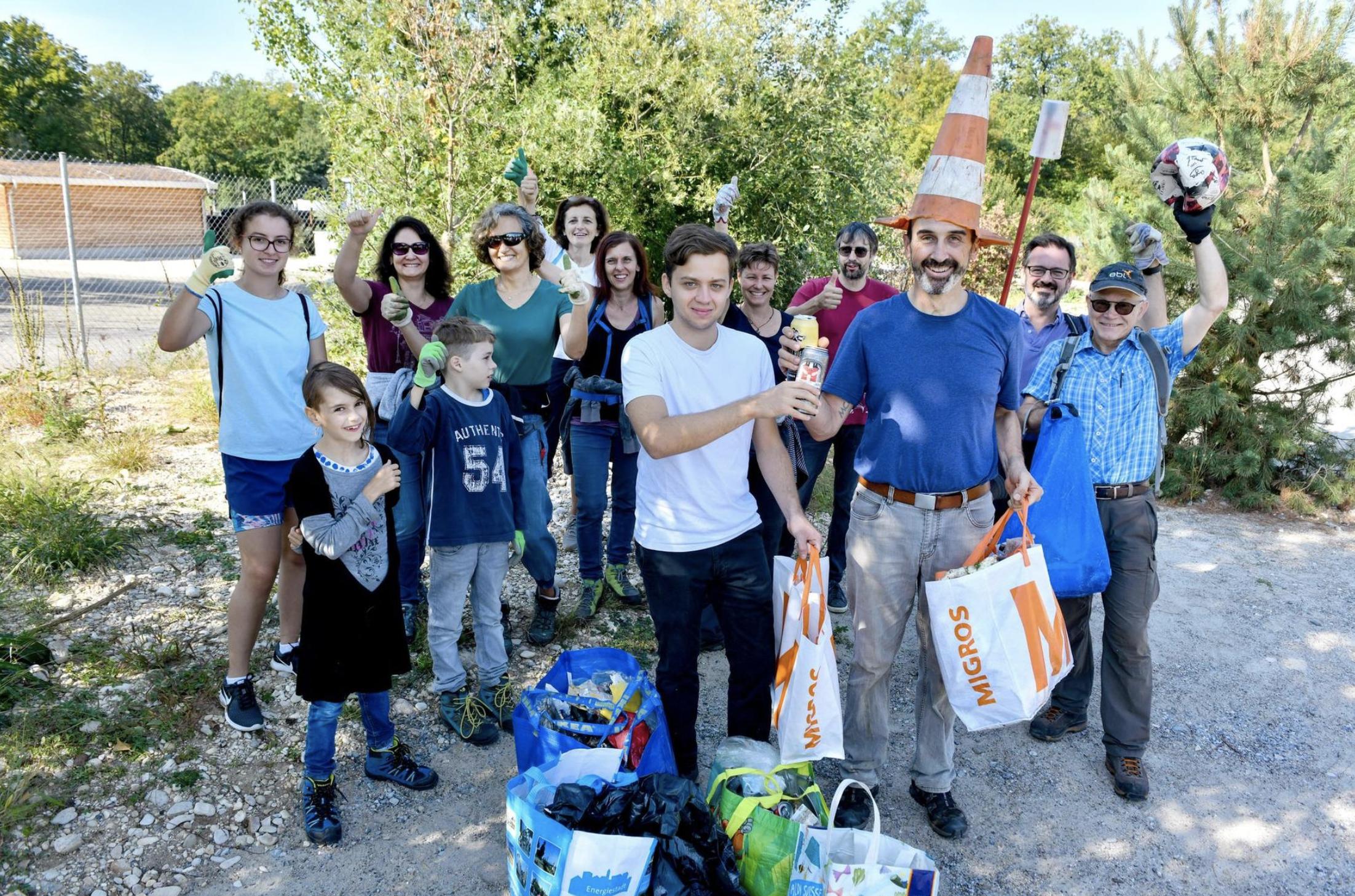 Der Reinacher Verein Suuberewald sammelt Müll im Wald. Mit von der Partie sind Politiker aus verschiedenen Parteien: Hier stösst der Jungfreisinnige Lucio Sansano (links) mit Grünen-Landrat Marco Agostini an.